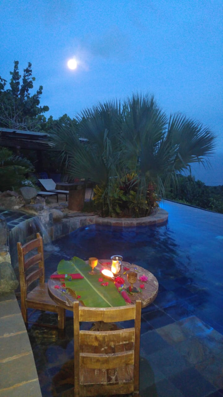 romantic-dinner-in-pool